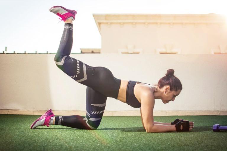 soulevé jambe quatre pattes - 6 exercices pour avoir de jolies fesses - Latina mode